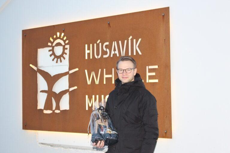 Lindi með viðurkenningu frá Hvalasafninu eftir sinn síðasta stjórnarfund